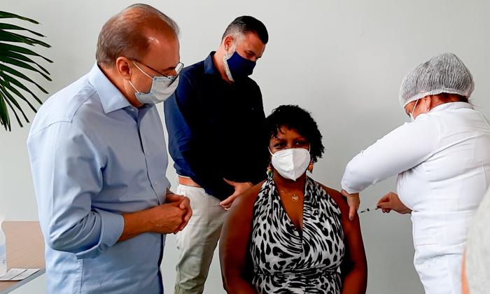 Enfermeira é a primeira vacinada contra a Covid em Angra